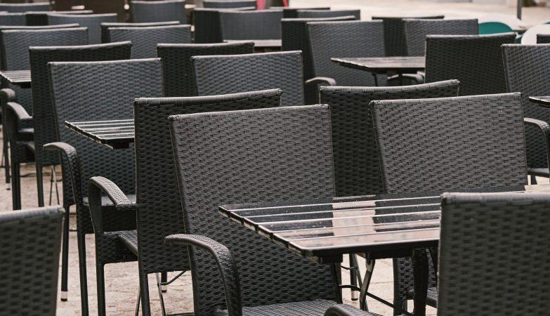 mesas y sillas de bar grises vacías