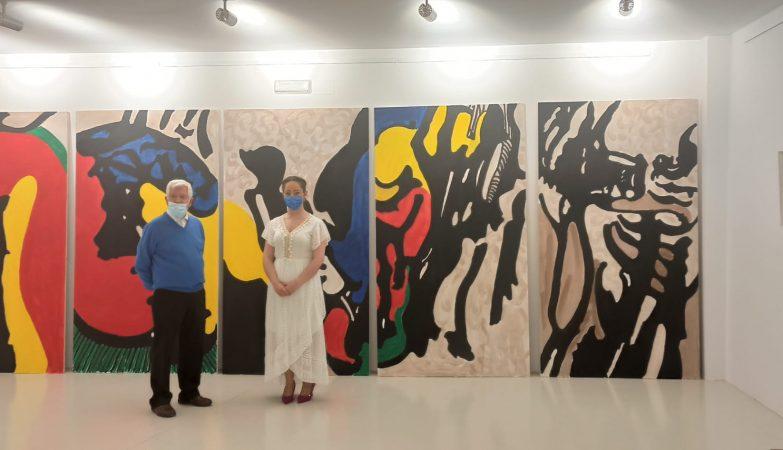 fotografía de la exposición en la que posan Remedios Rubiales y Antonio Agüera